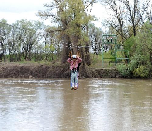 Makó, 2012. április 20. Vendégek a makói Maros-parti Kalandpart a folyó fölött átívelő drótkötélpályáján. A Makói Kommunális Nonprofit Kft. uniós támogatással mintegy 200 millió forintból alakította ki a 29 elemű felnőtt, 18 elemű gyerek pályából és a 160 méteres, a folyó fölött átívelő drótkötélpályából álló kalandparkot. MTI Fotó: Kelemen Zoltán Gergely